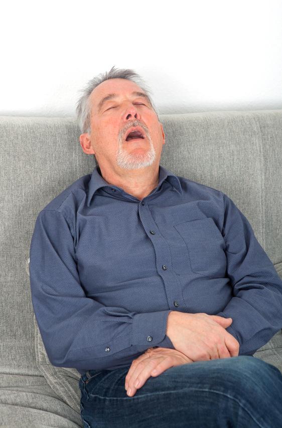 homme qui respire la bouche ouverte en dormant