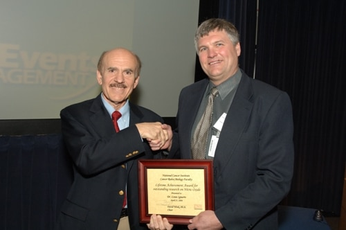 M. Ignarro reçoit le prix Nobel de médecine en 1998 pour ses découvertes sur le NO.